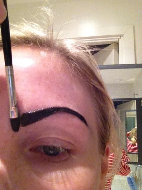Fixa till ögonbrynet så du får en rak början med häjlp av vaselin penseln
