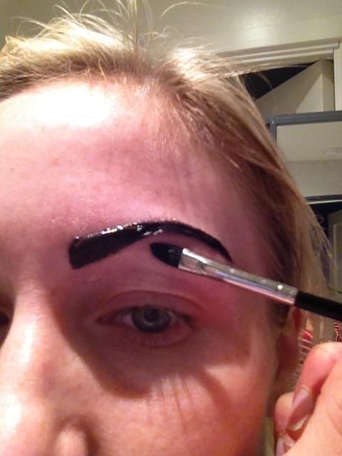Fixa till ögonbrynet underifrån