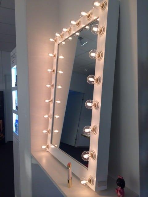 sminkspegel med glödlampor