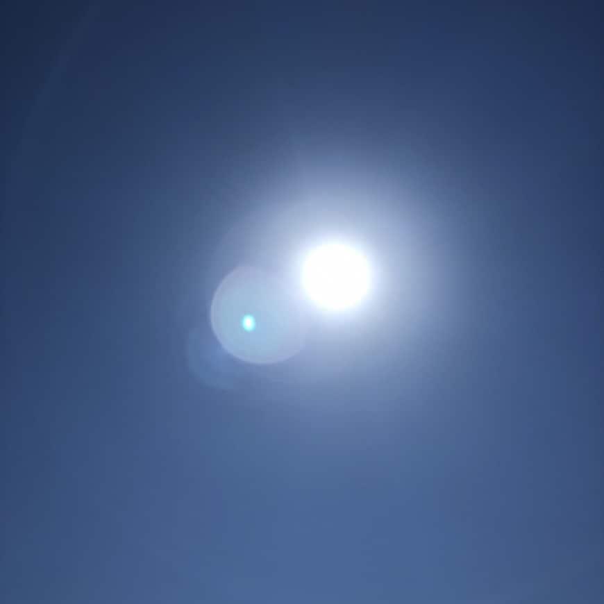 Bild på klarblå himmel och sol