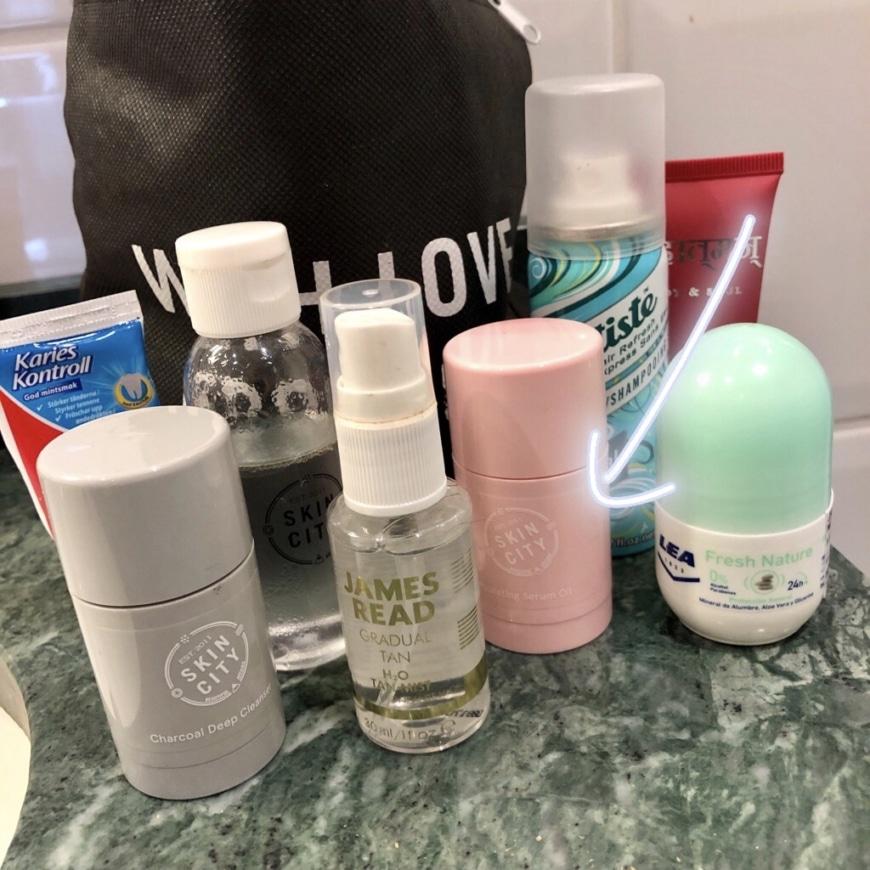 Mitt lilla travel-kit med miniprodukter och fullsize