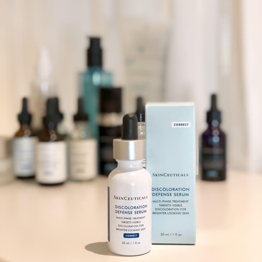 Discoloration Defence med SkinCeuticals produkter i bakgrunden