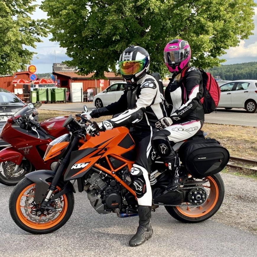 Yasemin med sin man på motorcykel