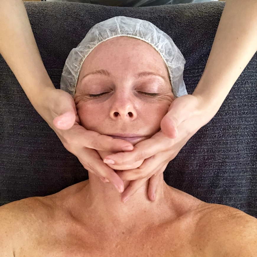 Yasemin får ansiktsmassage