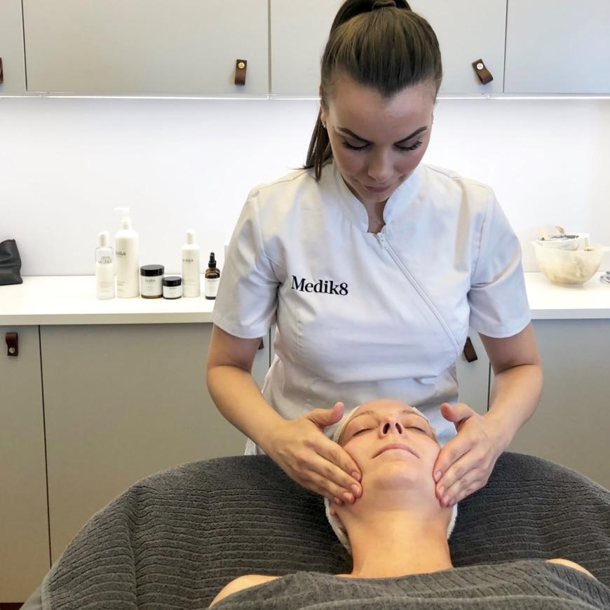 Gabriella på Medik8 gör en ansiktsbehandling på Yasemin