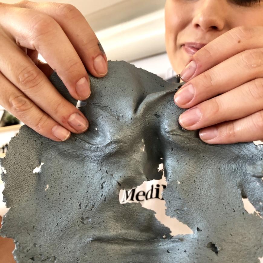 Yasemins ansiktsmask efter att ha avlägsnats från huden