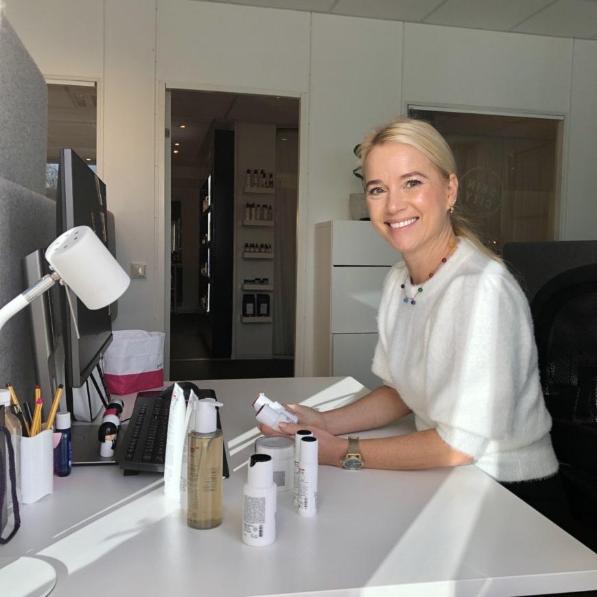 Sofia Mellström vid sitt skrivbord
