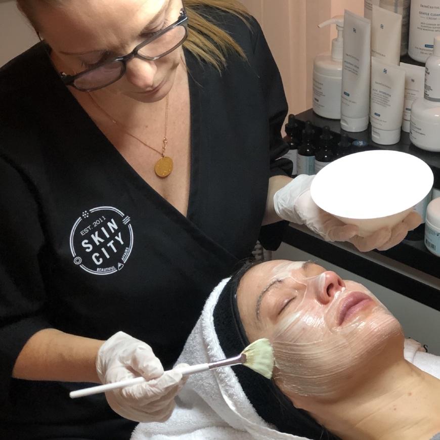 Yasemin applicerar en skräddarsydd mask på Charlotte