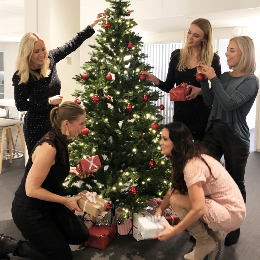 Annica, Yasemin, Sara, Frida och Johanna vid julgranen