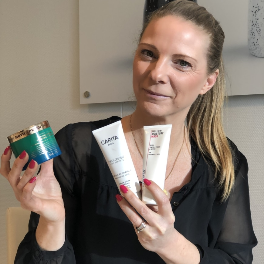 Yasemin håller i Thermal water heat masken, Biological Mask och Mellow moisture mask