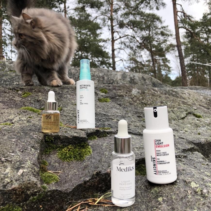 Fyra olika produkter stående på ett berg
