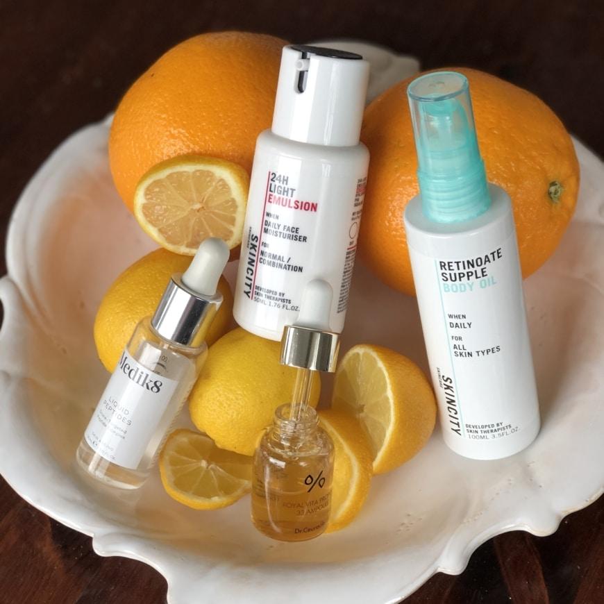 Olika produkter på ett fat med apelsiner och citroner