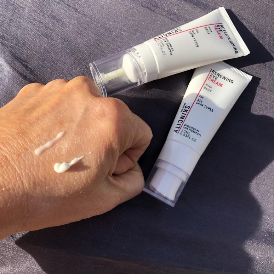 Retexturising eye serum och Renewing eye cream bild på konsistens