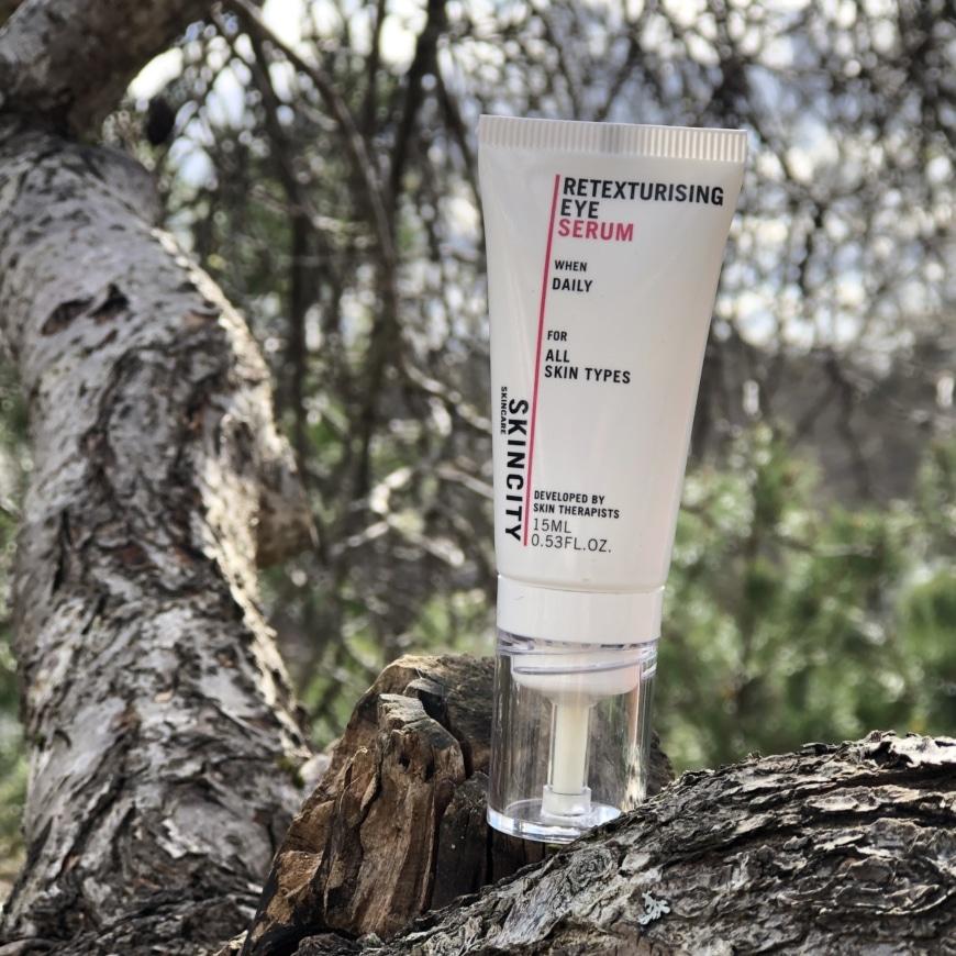 Retexturising eye serum i ett träd