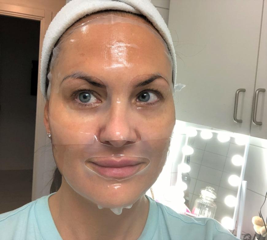Ansikte med Sheetmask