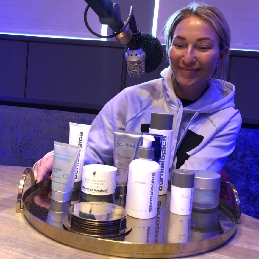 Pischa och bakom sina hudvårdsprodukter