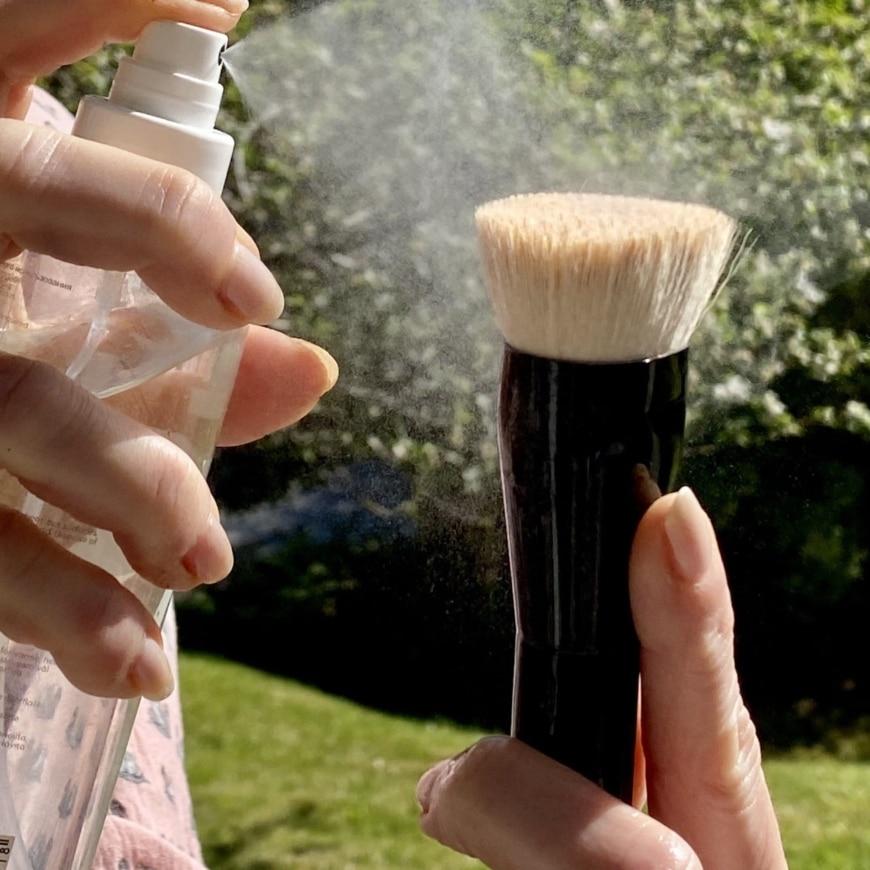 Quick Brush Freshener och Sheer Foundation Brush