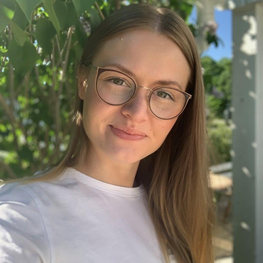 Porträtt på Sofie utomhus
