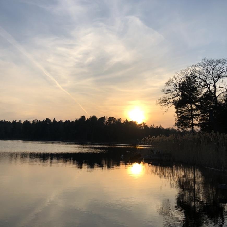 solnedgång över sjö i sverige