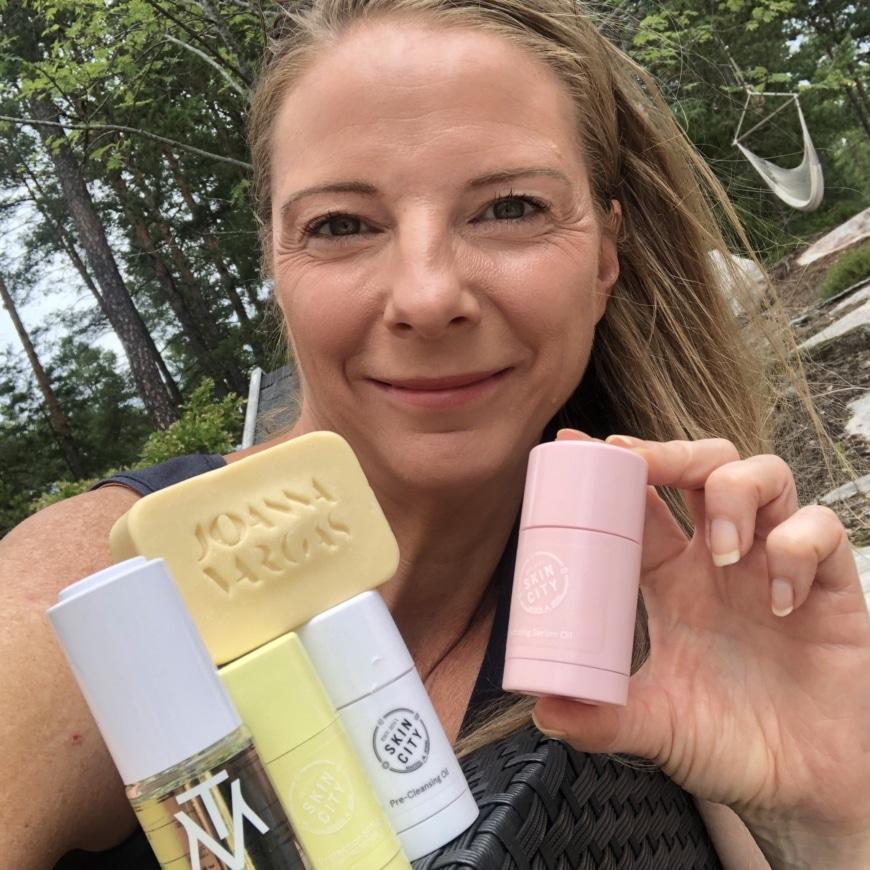 Yasemin med olika produkttips för waterless challenge