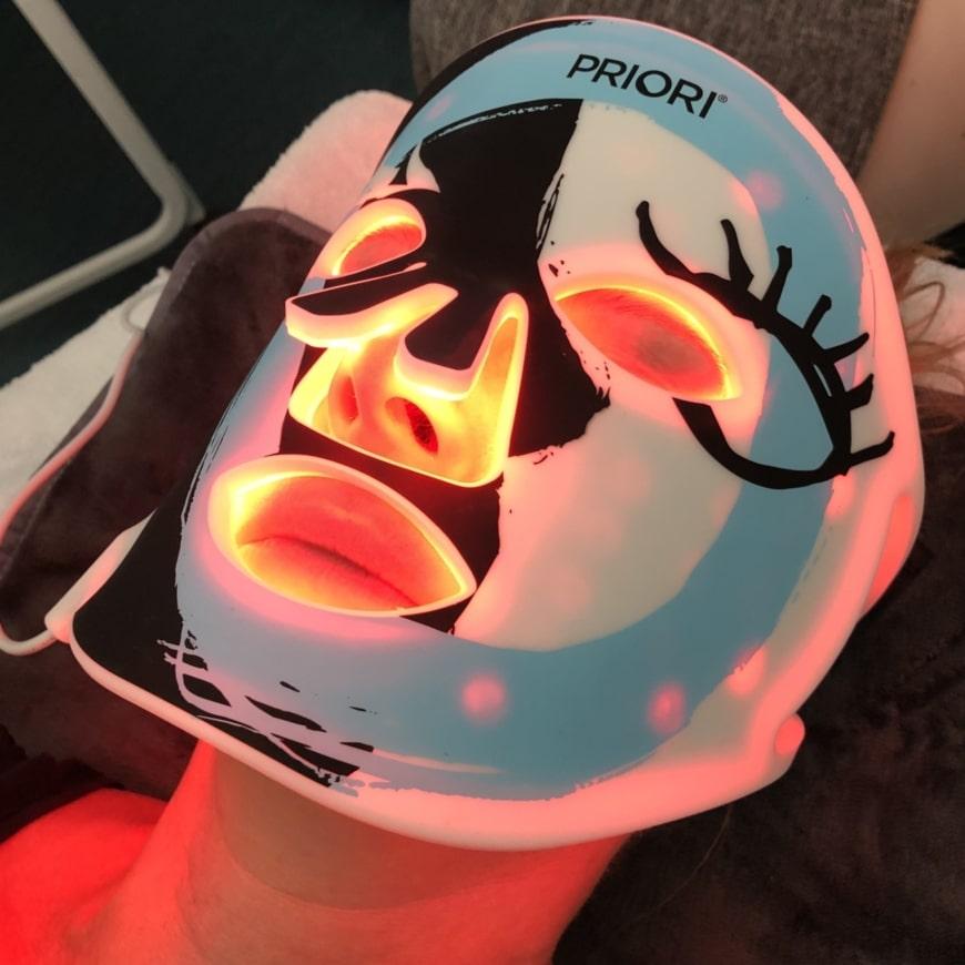 Yasemin har Prioris LED-mask över ansiktet