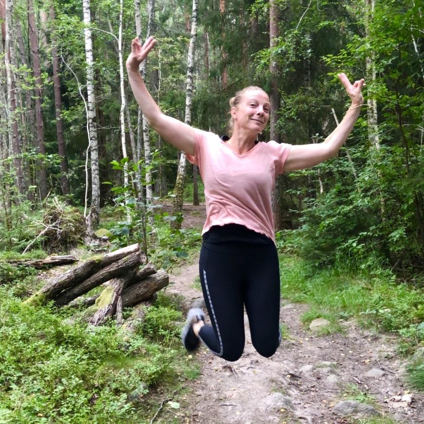 Yasemin gör ett glädjehopp i skogen