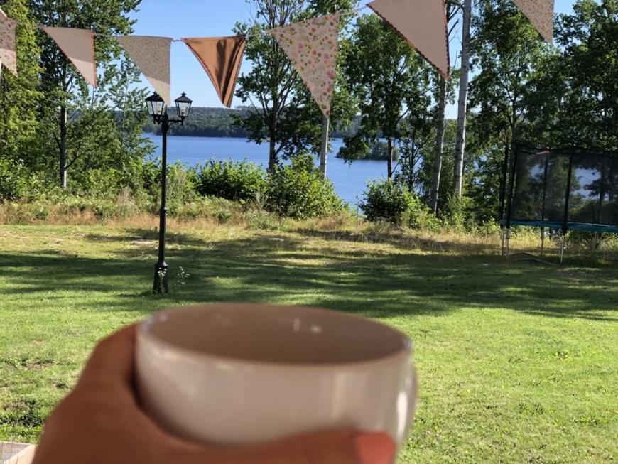 bild på kaffekopp och vatten