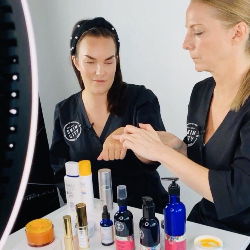 Emelie och Yasemin klämmer och känner på produkterna