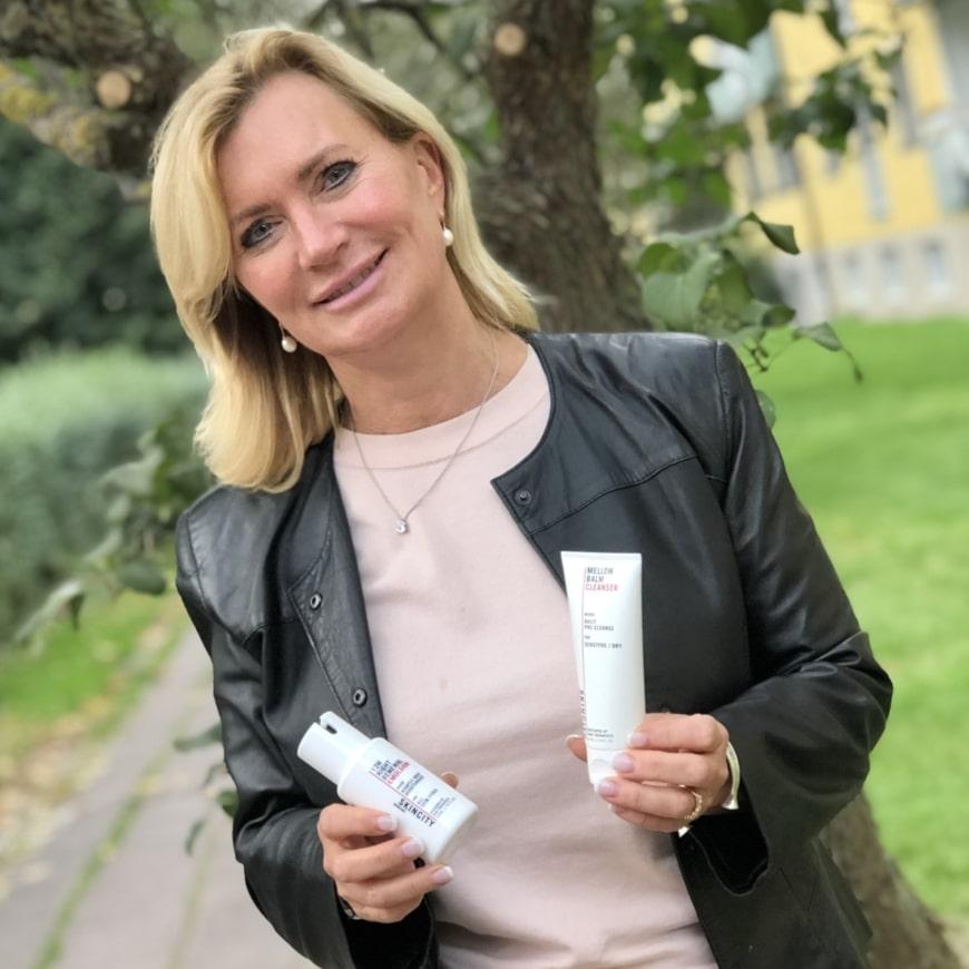 Margareta Frohm Nilsson med två favoritprodukter från SKINCITY skincare