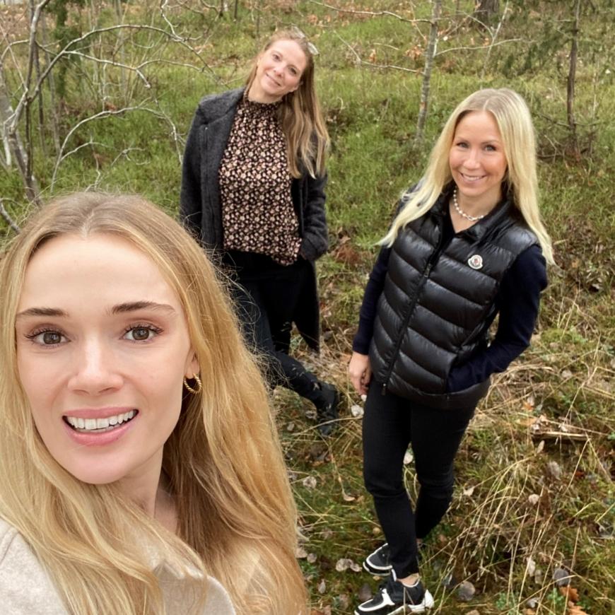Sara, Annica och Yasemin ute i naturen