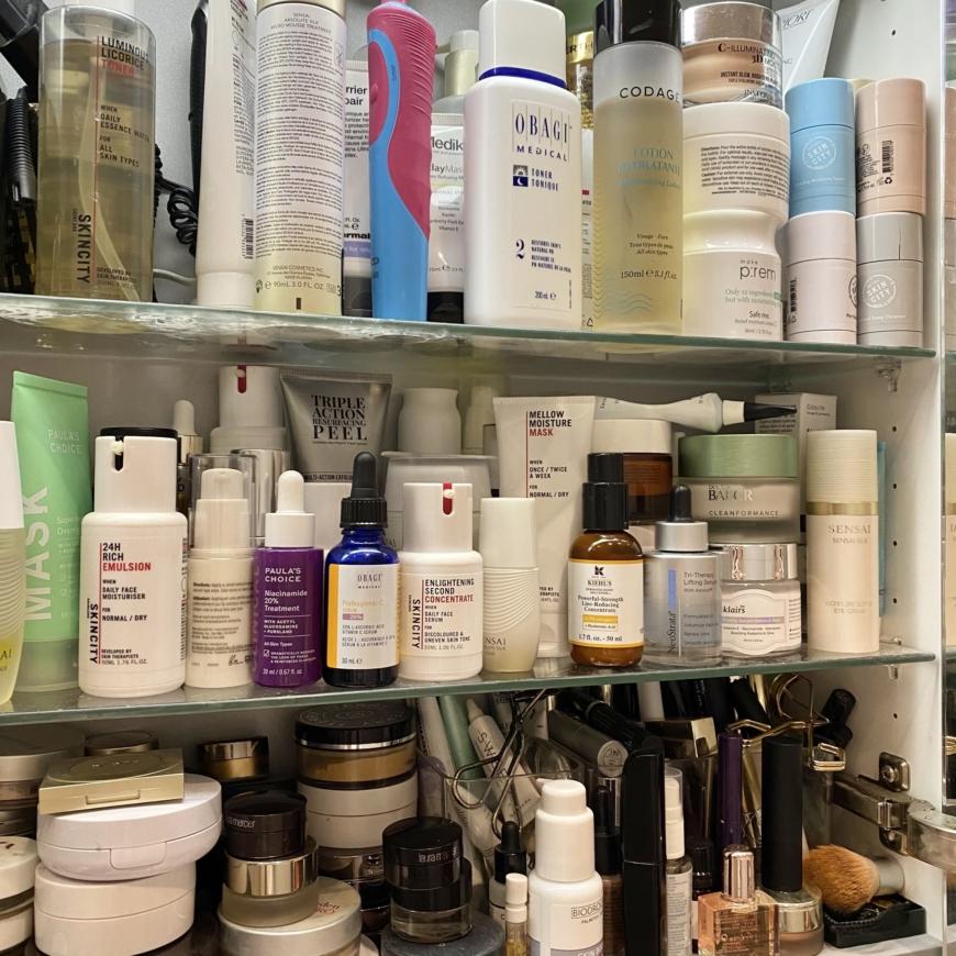 badrumsskåp fullt av hudvårdsprodukter
