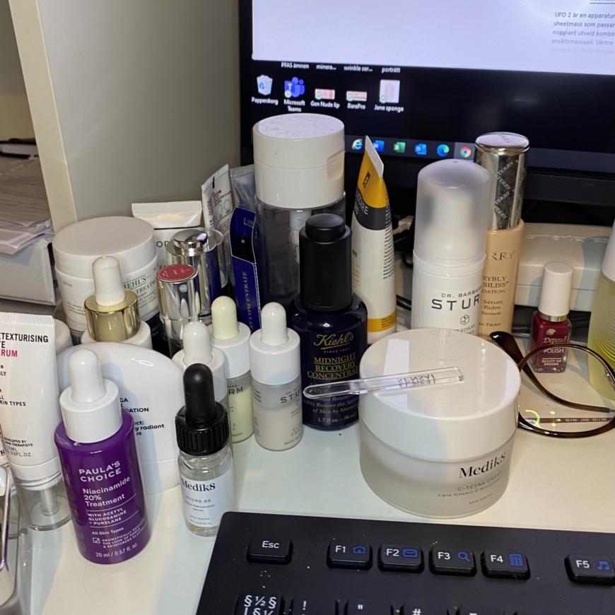 ett skrivbord fyllt av hudvårdande produkter