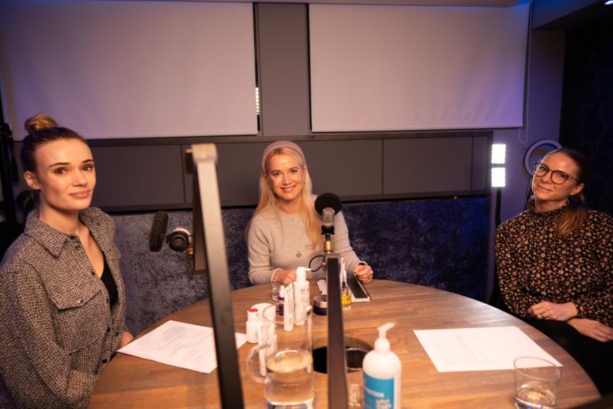 Sara, Sofia och Yasemin i poddstudion