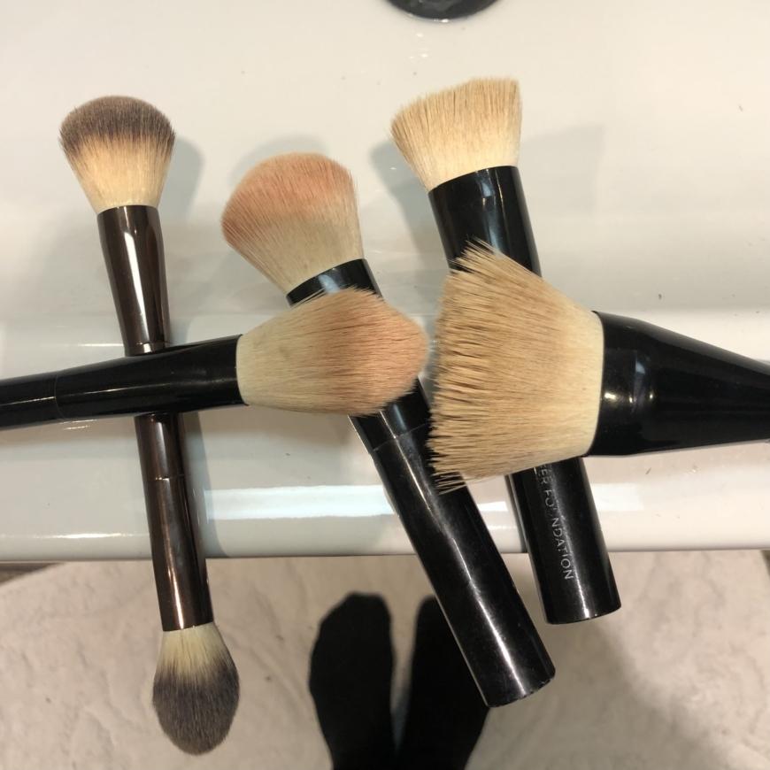 makeupborstar på handfat