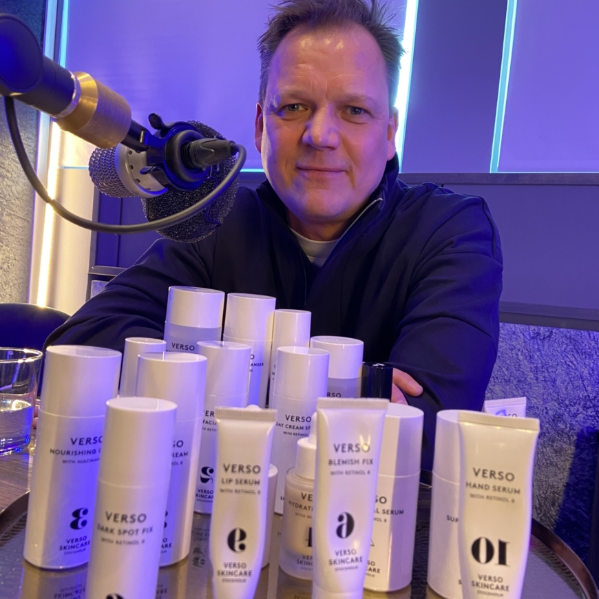 Versos grundare Lars Fredriksson med versoprodukter
