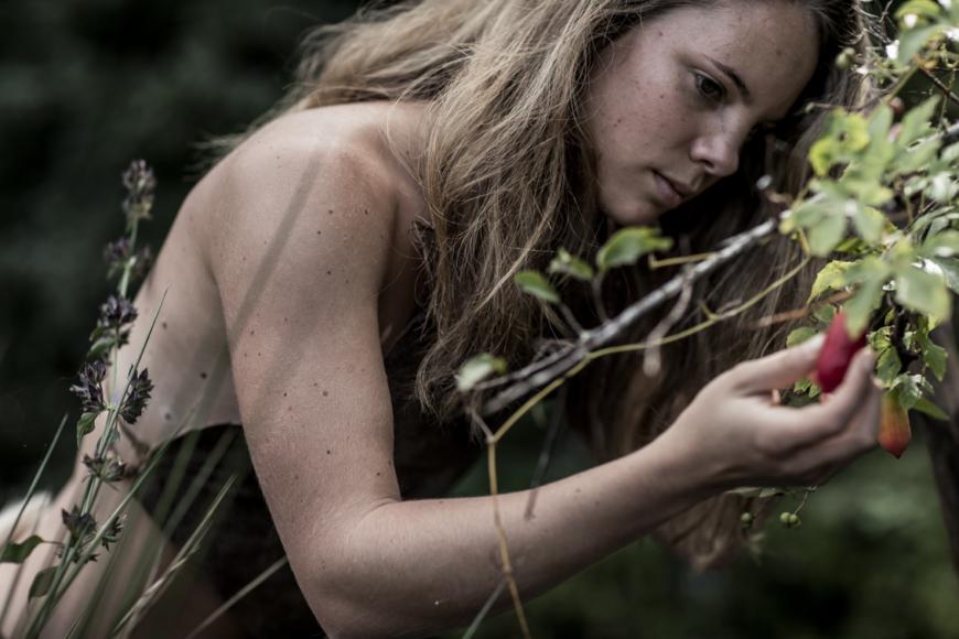 jägarkvinna i naturen