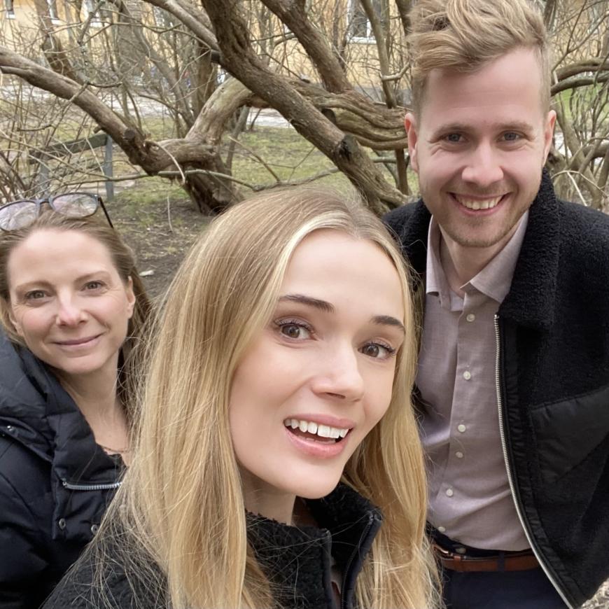 Yasemin, Sara och Christopher ute bland träden