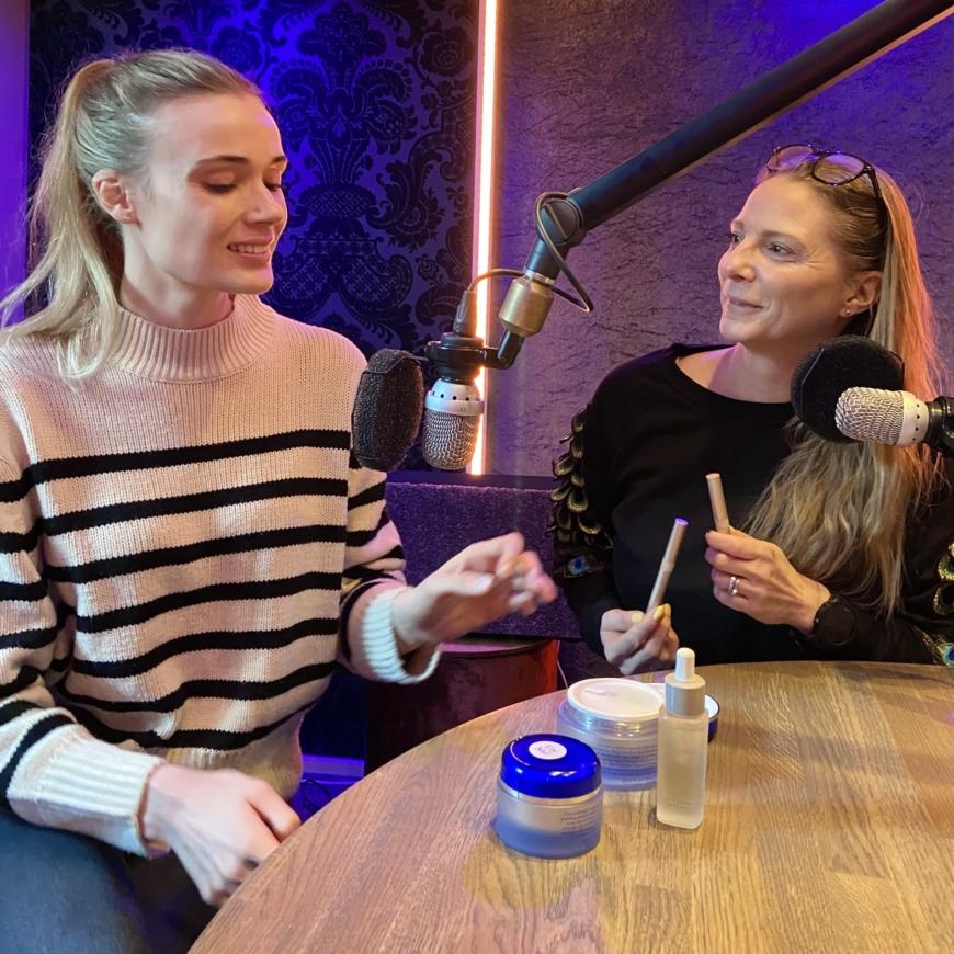 Sara och Yasemin pratar produkter i poddstudion
