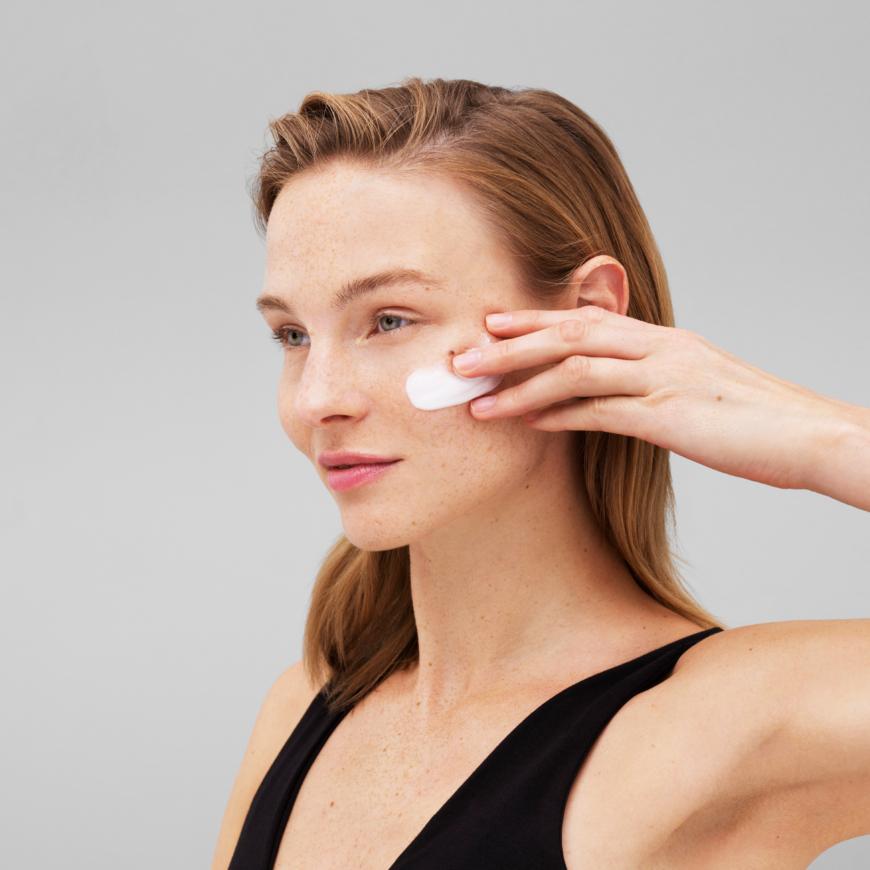 Bild på en tjej med creme i ansiktet