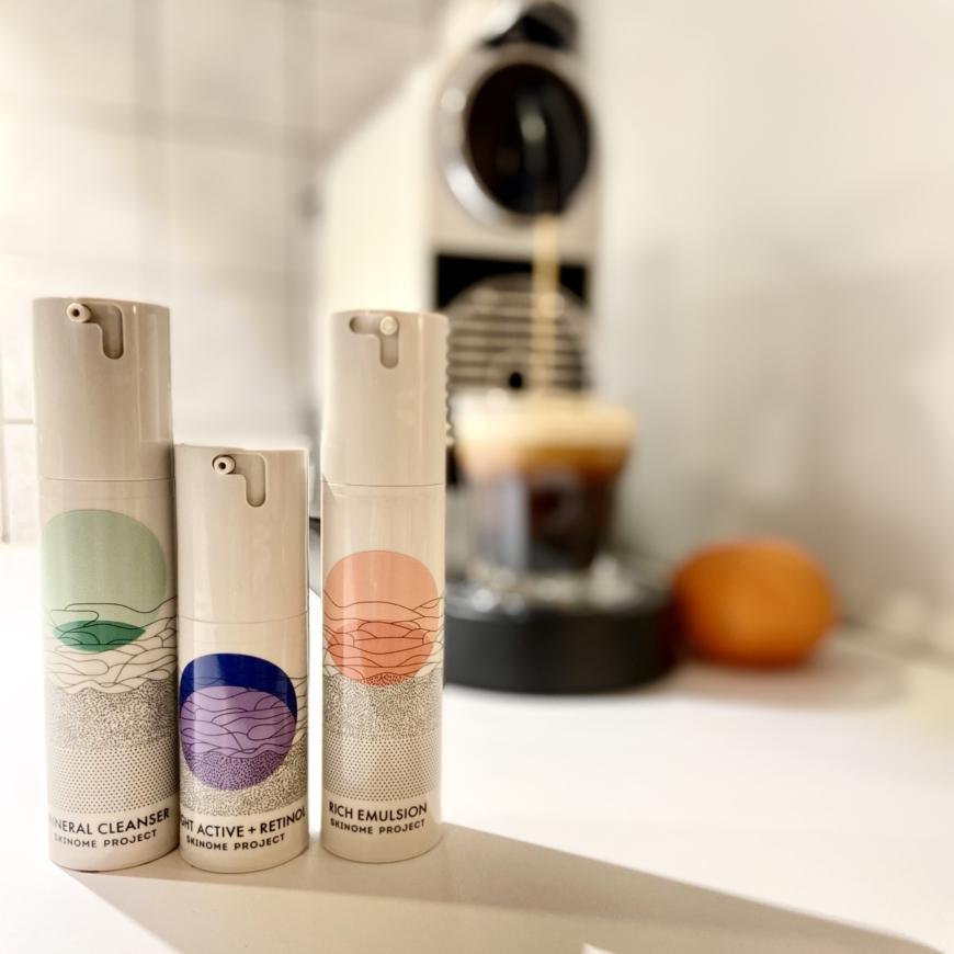 Skinome produkter framför kaffemaskin