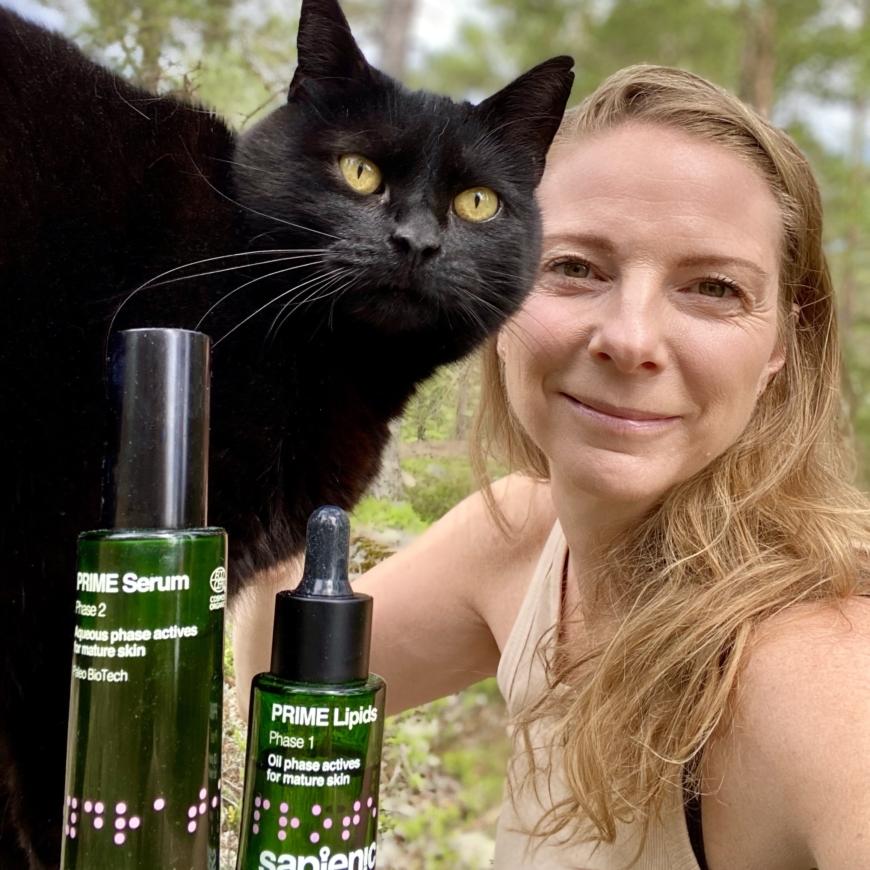 Yasemin och katten Doris med Sapienics produkter