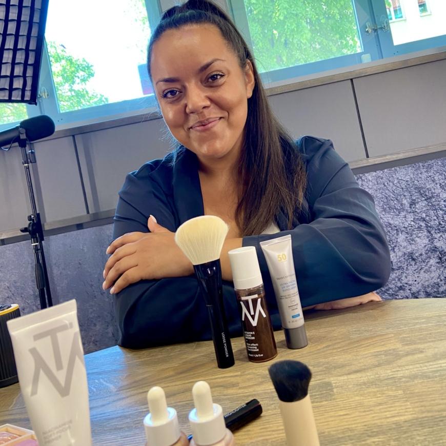 Anna som är makeupartist och är expert på Makethemake
