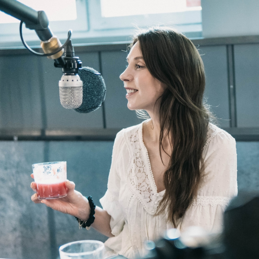 Maria Ahlgren håller i ett smoothieglas