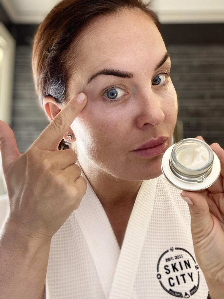 Bild på kvinna med ögoncreme